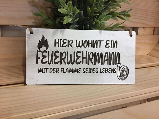 HIER WOHNT EIN FEUERWEHRMANN - Graviertes Holzschild