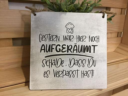GESTERN WAR HIER NOCH AUFGERÄUMT- Graviertes Holzschild