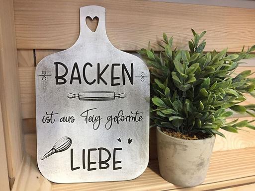 Backen ist aus Teig geformte Liebe - Graviertes Holzschild