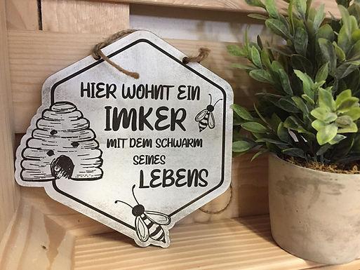 HIER WOHNT EIN IMKER MIT DEM SCHWARM SEINES LEBENS - BIENE- Graviertes Holz