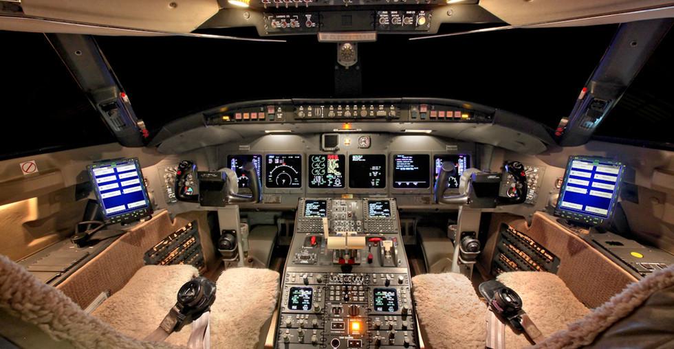 Challenger 604 cockpit.jpg