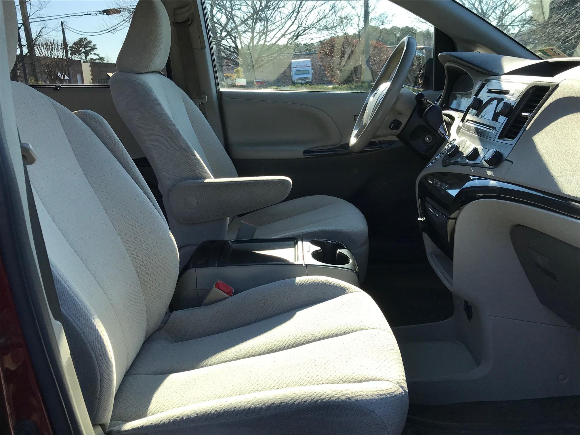 2012 Toyota Sienna LE Minivan 1182