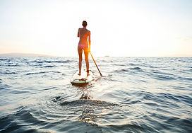 Dívka na SUP při západu slunce