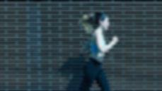 Běžící žena se sluhátky sportovní