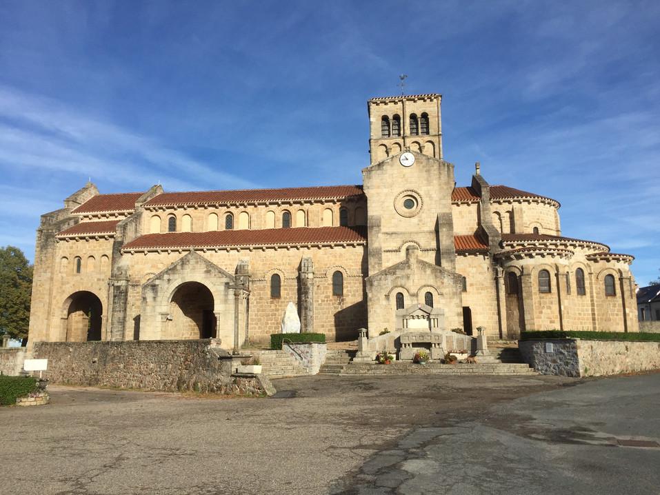 12de eeuwse Romaanse kerk in Châtel-Montagne