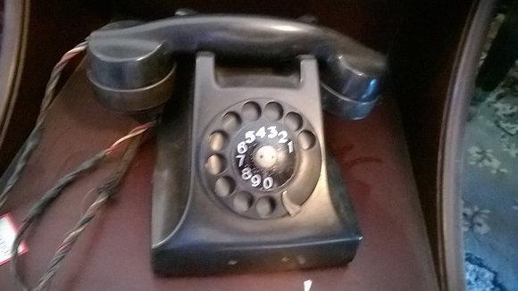 Telefone preto de disco em funcionamento