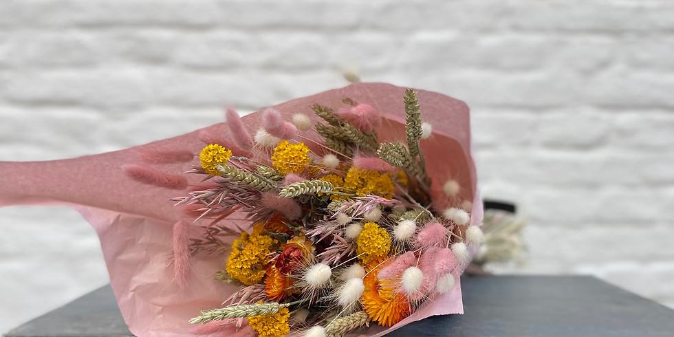 Krans of boeket in droogbloemen door 'Mirte'