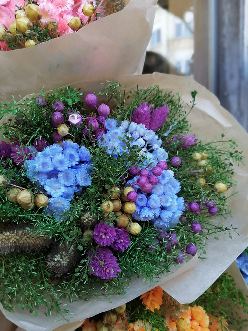 Compact droogbloemboeket paars