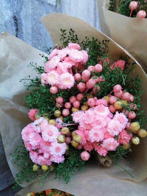 Compact droogbloemboeket roos