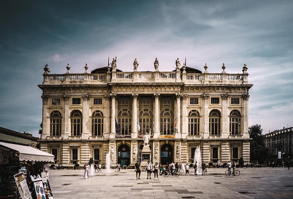 Sur la Piazza Castello, place centrale de la ville, se dresse le magnifique Palazzo Madama