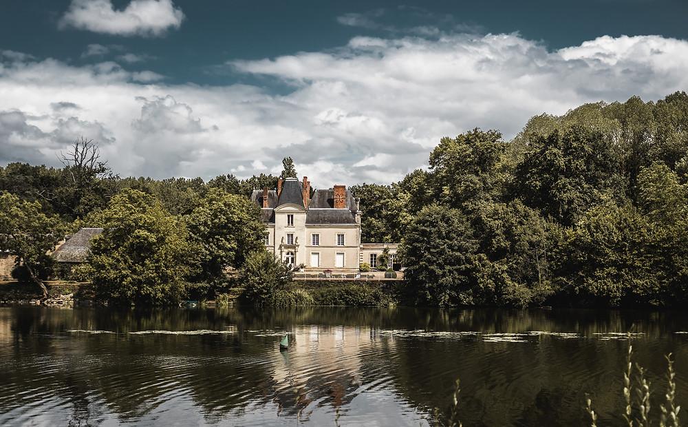 Le château de Mirvault en Bordure de Mayenne à Château-Gontier