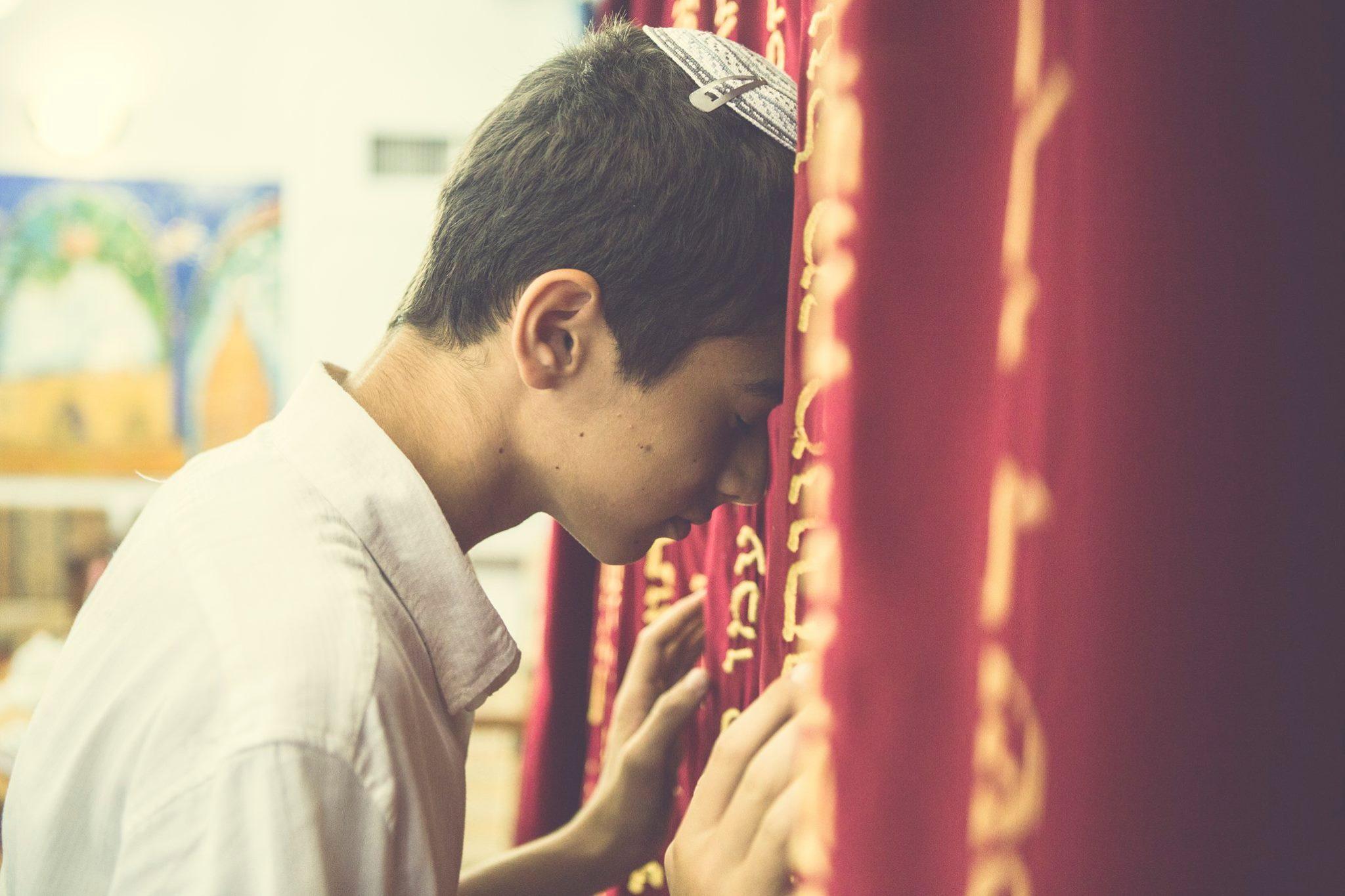 חתן בר המצווה בבית הכנסת