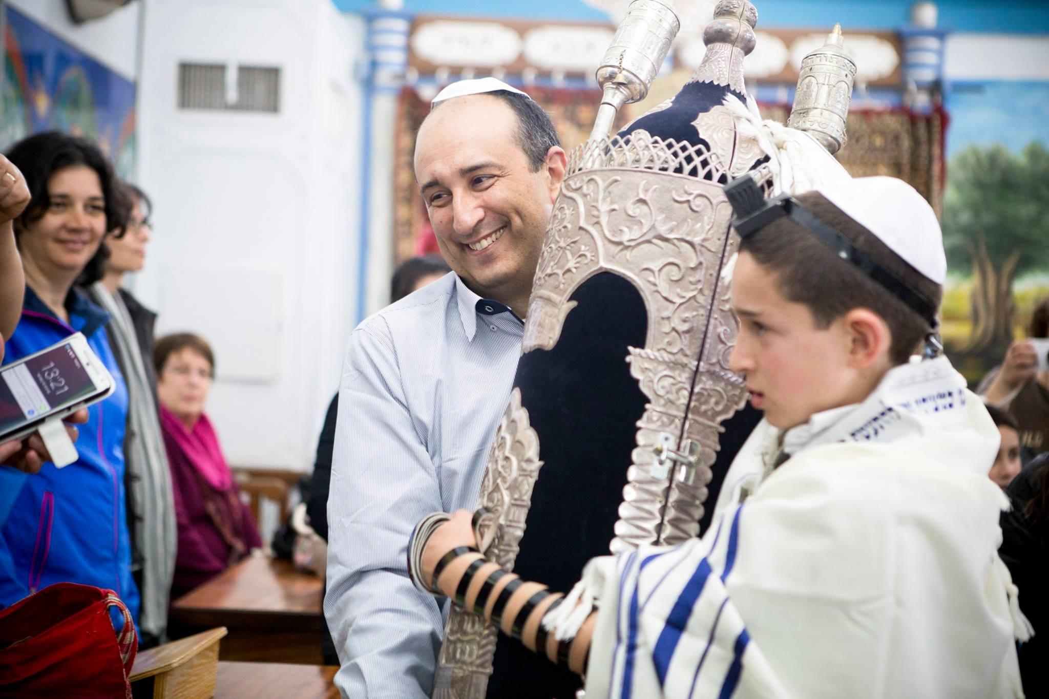 חתן בר המצווה עם ספר התורה