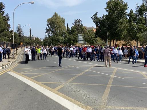 Η Συμμαχία Πολιτών για τη διαμαρτυρία συνταξιούχων έξω απ' το Προεδρικό