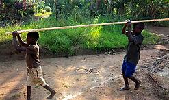 Kinder bauen ihre Schule