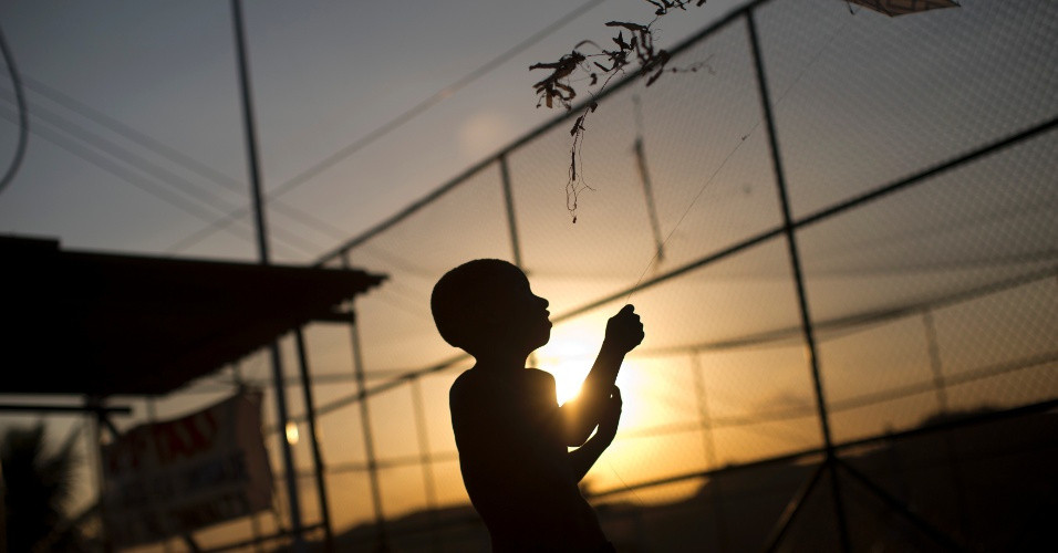 10mai2013---crianca-solta-pipa-em-uma-favela-do-complexo-do-alemao-na-zona-norte-do-rio-de-janeiro-1368234144542_956x500