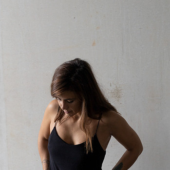 Junge Frau mit grauem Hintergrund