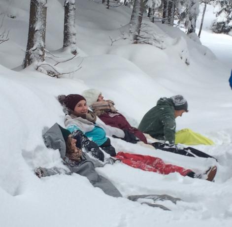der meterhohe Neuschnee muss unbedingt einer Sitzprobe unterzogen werden! 😁