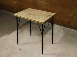 アンティークな天然石の小さな机