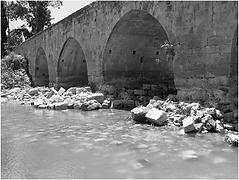 la base du pont de Fer médiéval subsiste.