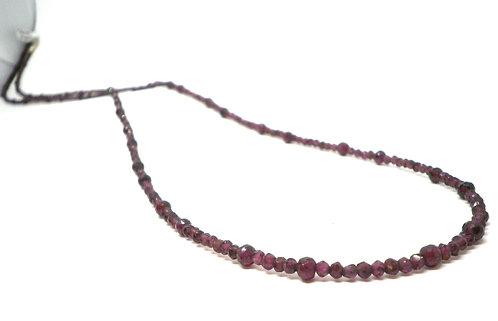 Kila Design, Halskæde med granat og sterlingsølvlås (925)