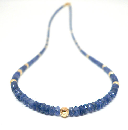 Kila Design, Halskæde med blå safir og 14 kt. guldbeads (585)