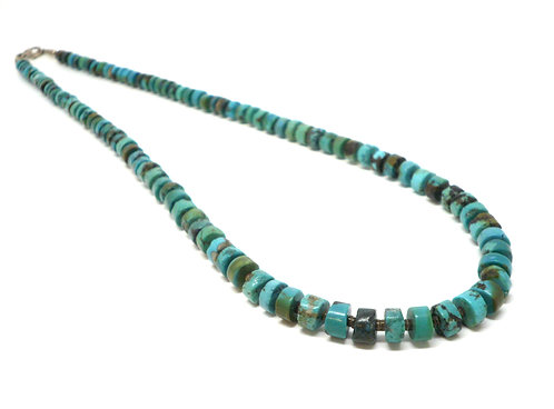 Kila Design, Halskæde med heishe perler i turkis og sterlingsølv lås (925)