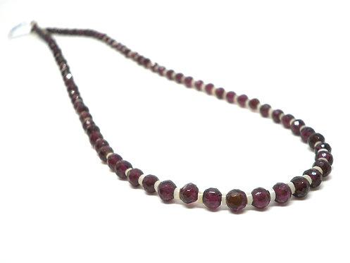 Kila Design, Halskæde med granat, heishe perler og sterlingsølv lås (925)