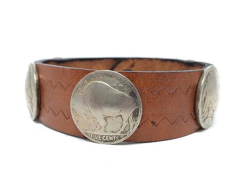 Armbånd i brunt læder og gamle Buffalo five cents nickels