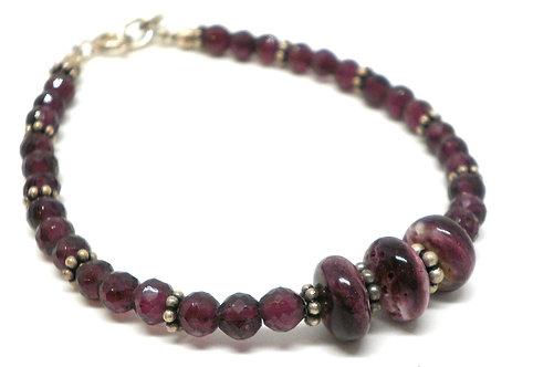Kila Design, Armbånd med granat, lilla spiny oyster og sterlingsølv beads (925)