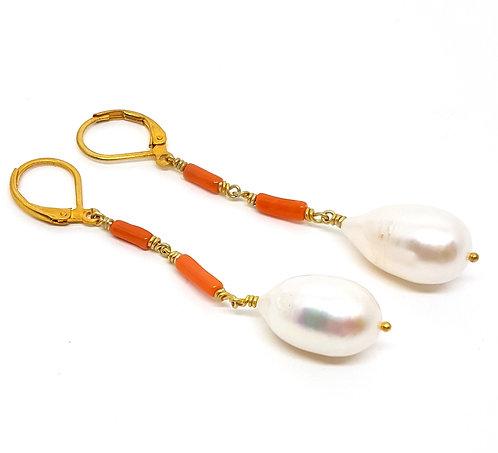 Kila Design, Ørehænger i forgyldt sterlingsølv med koral og perle (925)