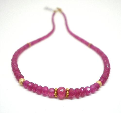 Kila Design, Halskæde med rubin og 14 kt. guld beads (585)