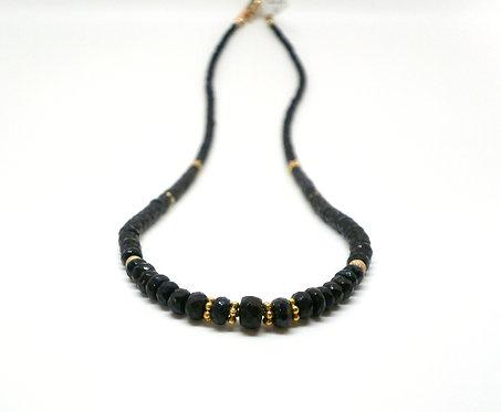 Kila Design, Halskæde med sort safir og 14 kt. guld beads (585)