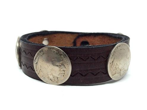 Armbånd i mørkt læder og gamle Buffalo five cents nickels