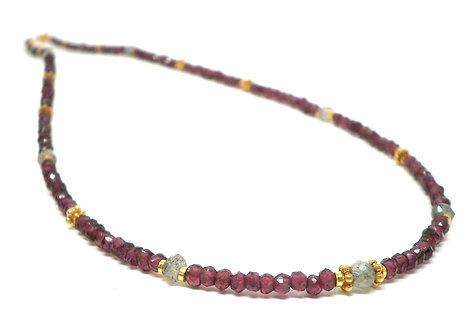 Kila Design, Halskæde med granat, labradorit og forgyldt sølv beads (925)