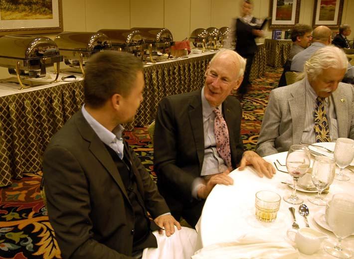 SCHNEIDER MEDIA-Co-Direktor Dr. Valentin Schneider im Gespräch mit SAH-Vorstandsmitglied Arthur Jones.