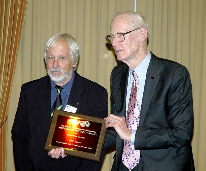 Verleger Hans J. Schneider und SAH-Chairman Arthur Jones bei der Preisverleihung am 11. Oktober 2013 in Hershey/Pennsylvania.