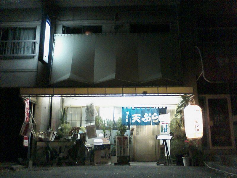 w-2010112306-夜の店先