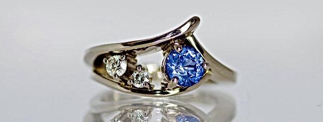 Maison FRENGER, bague or blanc, saphir bleu et diamants, saphir taillé par Christophe FRENGER artisan lapidaire