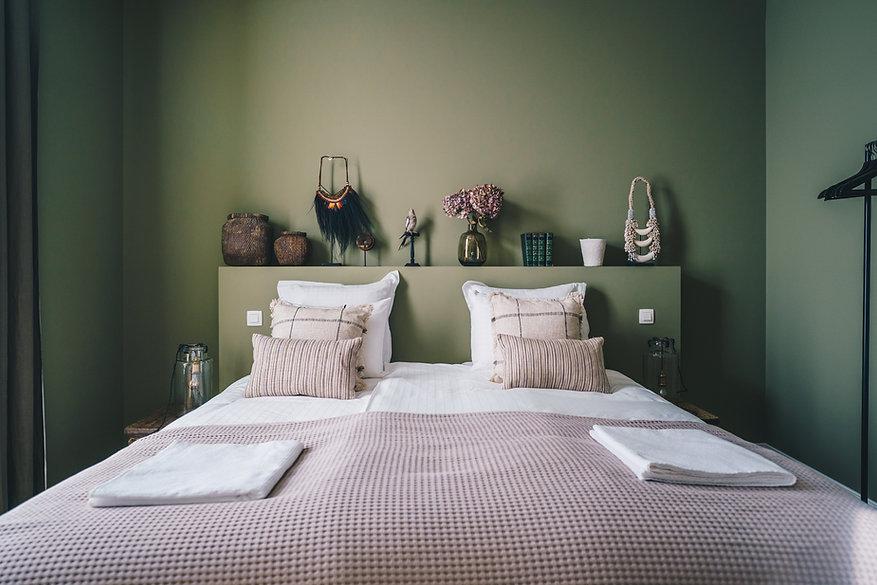 Chambre et lit double décorée et aménagée avec goût