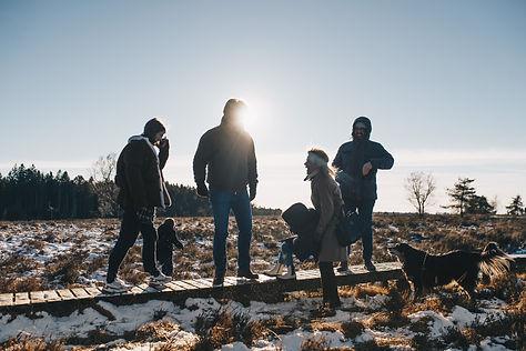 Groupe de d'adultes et d'enfants avec un chien à l'extérieur dans les Fagnes