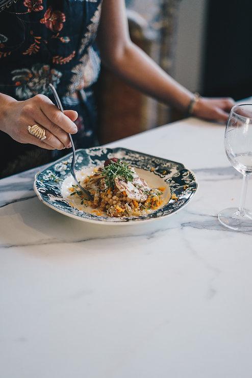 Salade fraîche dans une assiette sur une table en marbre