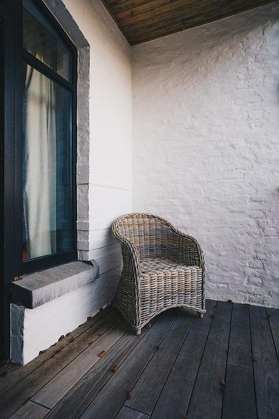 Fauteuil en osier sur une terrasse calme