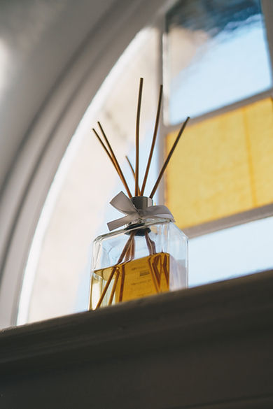 Parfum déposé sur un appui de fenêtre, décoration d'intérieur
