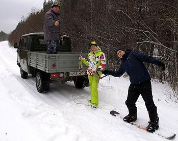 На сноуборде за машиной
