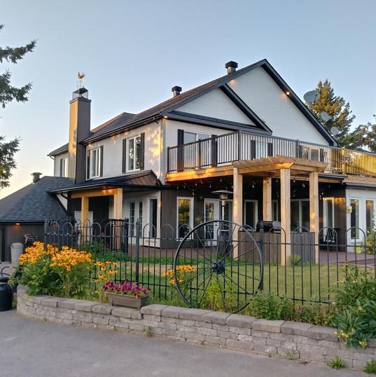 Terrasse au toit en bois traité