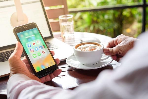 Réseaux_sociaux_et_café.jpg