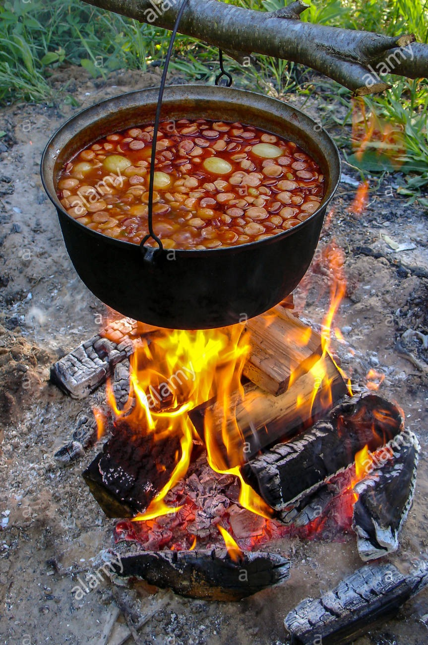 kochen-suppe-aus-gusseisen-kessel-am-bre