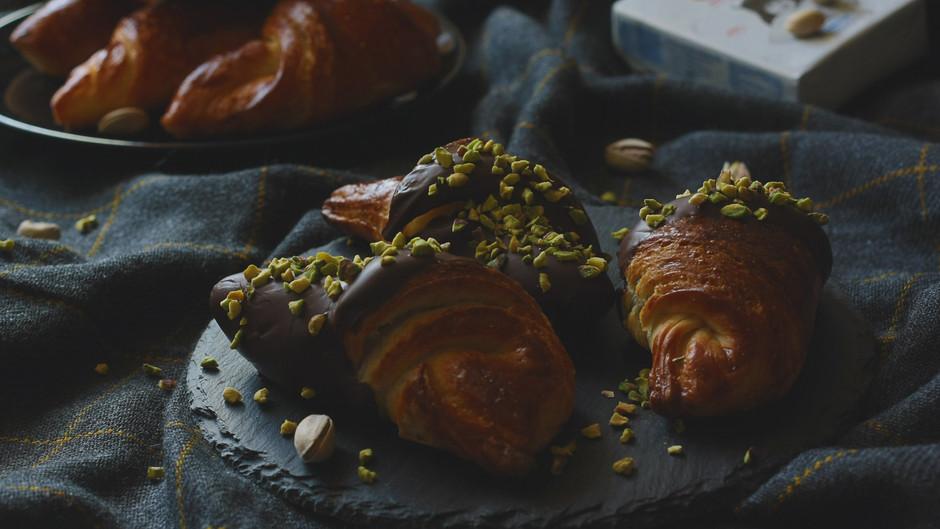 Croissant cu unt și ciocolată crocantă