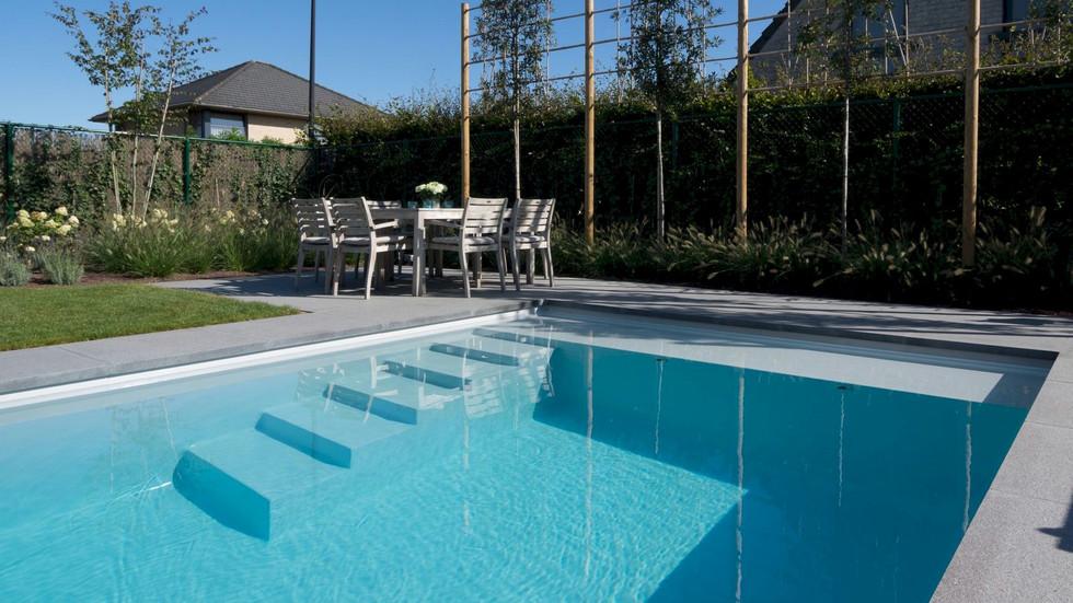 LPW Pool Treppe und Sitzbank.jpg